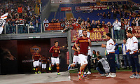 Calcio, Serie A: Roma vs ChievoVerona. Roma, stadio Olimpico, 31 ottobre 2013.<br /> AS Roma midfielder Daniele De Rossi, foreground, and his teammates enter the pitch to warm up prior to the start of the Italian Serie A football match between AS Roma and ChievoVerona at Rome's Olympic stadium, 31 October 2013.<br /> UPDATE IMAGES PRESS/Riccardo De Luca