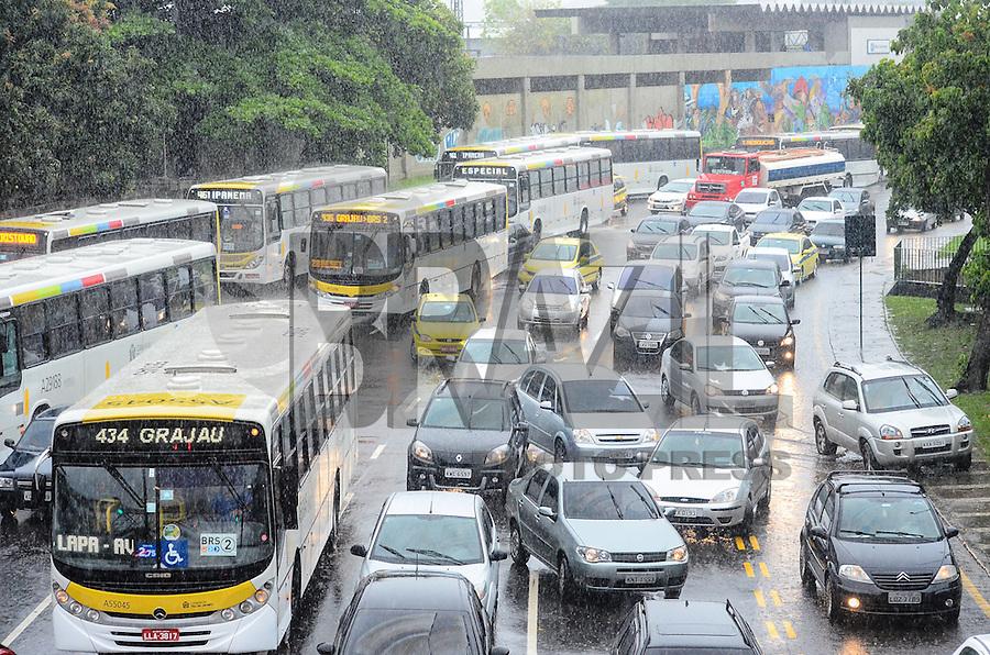 RIO DE JANEIRO, RJ, 11.12.2013 - CHUVA / RJ -  Movimentação na radial oeste, na manhã desta quarta-feira (11) com muita chuva no rio de janeiro, no maracanã, zona norte da cidade do Rio de Janeiro. (Foto: Marcelo Fonseca / Brazil Photo Press).