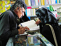 Iran 2004.Dans une librairie de Sakkez.Iran 2004.Sakkez: in a library