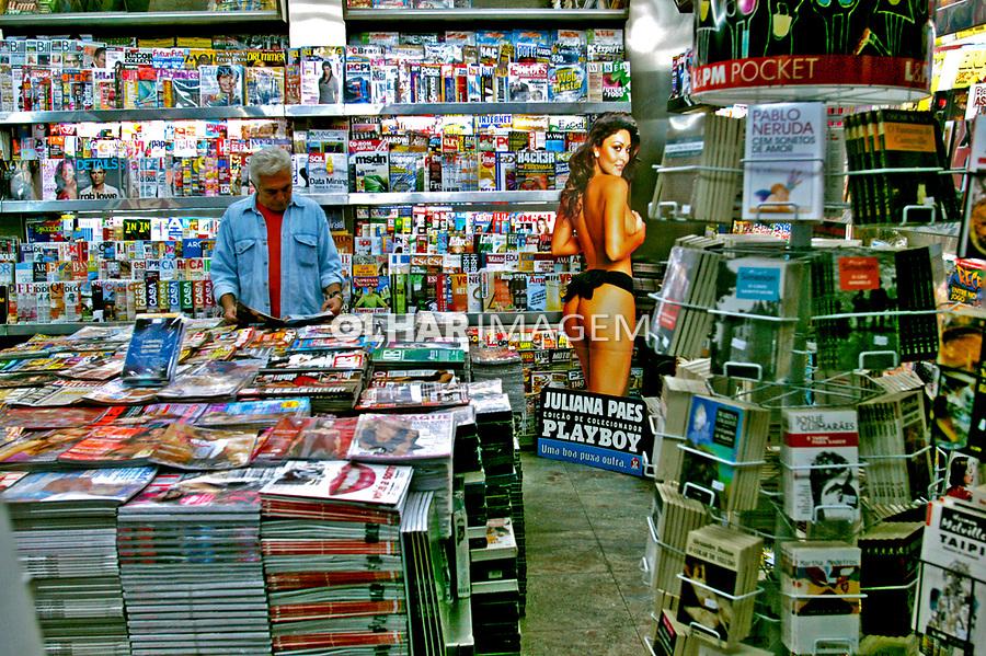 Banca de jornal e revistas na Av. Paulista, São Paulo. 2004. Foto de Juca Martins.