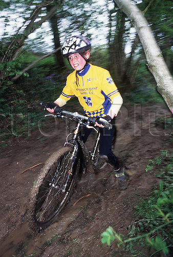 British Schools Cycling Association, NATIONAL MOUNTAIN BIKE CHAMPIONSHIP, Deers Leap Park, East Grinstead, .980503. Photo: Peter Tarry/Action Plus...1998.Mud.children.bicycles.youths.child.children.boy.boys.youth.teenager.teenagers.Youngster.Youngsters.childrens sport.children's sport.bike cycle bicycle cycling riding