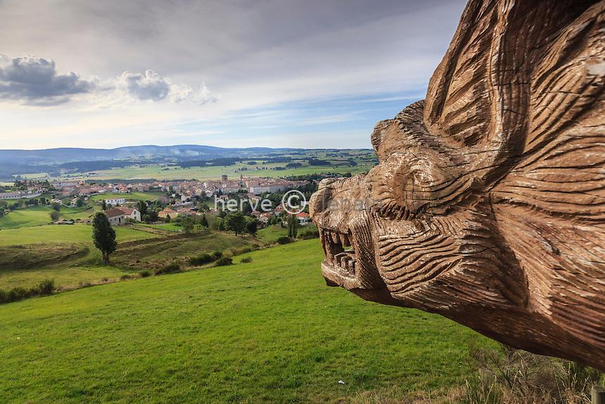 France, Haute-Loire (43), Saugues, sculpture de la bête du Gévaudan regardant vers le village // France, Haute Loire, Saugues, sculpture of the Beast of Gevaudan looking towards the village