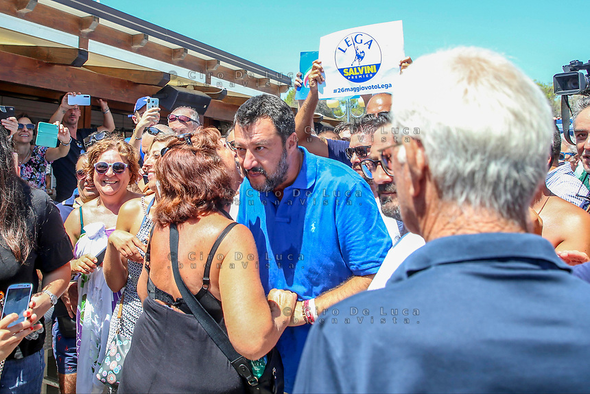 """Policoro, Basilicata, 10/08/19, Matteo Salvini sulla spiaggia di Policoro per """"Estate Italiana Tour"""" in foto selfie, abbracci e baci con il ministro Salvini <br /> foto Balasco"""