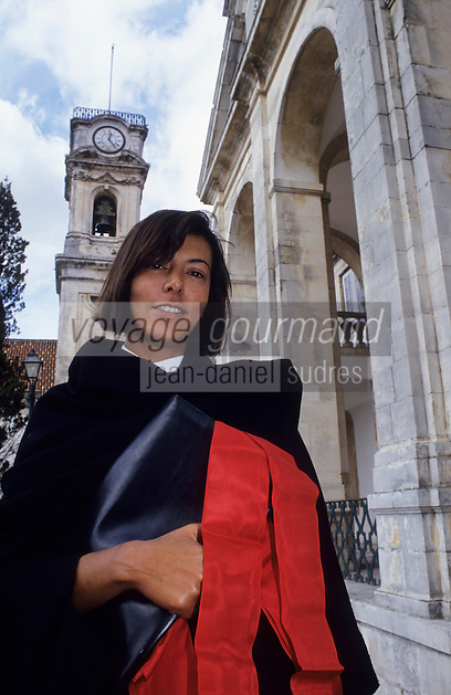 Europe/Portugal/Coimbra : Etudiante de l'université en costume