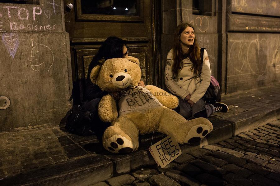 BRUXELLES, Belgique:  Des jeunes filles proposent des free hugs a coté de la Bourse, le 23 mars 2016.  31 personnes sont mortes et 340 ont été blessées dans les attentats commis à Zaventem et dans la station du métro bruxellois Maelbeek, selon le dernier bilan du Centre de crise. Dans le centre de Bruxelles, des centaines de personnes se rassemblent en commemoration aux victimes.