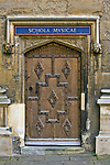 Oxford 2009-03-07. Miasto w południowej Anglli głównie znane jako siedziba Uniwersytetu Oxfordzkiego. Biblioteka Bodleian Quad, wejście do Schola Musicae.