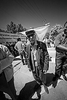Un vieil homme kurde, coiff&eacute; du drapeau du BDP, &agrave; la manifestation du 1er mai 2013 &agrave; Yenisehir.<br />