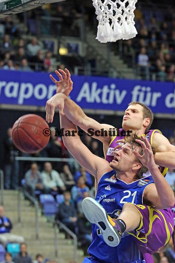 Danilo Barthel (Skyliners) gegen Nikita Khartchenkov (Hagen) - Fraport Skyliners vs. Phoenix Hagen, Fraport Arena Frankfurt