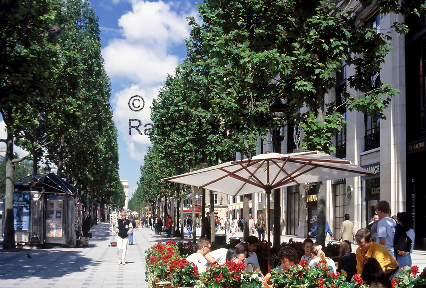 Frankreich, Paris: Cafe auf der Avenue des Champs-Elysees | France, Paris: Cafe at Avenue des Champs-Elysees