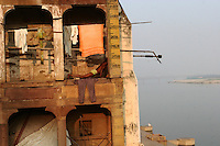 27.11.2008 Varanasi(Uttar Pradesh)<br /> <br /> Man making physical exercises near Ganga river.<br /> <br /> Homme faisant des exercices physique pres du Gange.