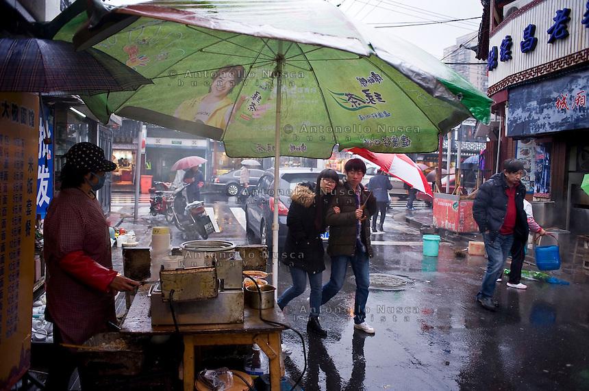 Una venditrice di stinky tofu in una zona popolare della citt&agrave;.<br /> A stall selling Stinky Tofu