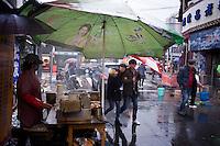 Una venditrice di stinky tofu in una zona popolare della città.<br /> A stall selling Stinky Tofu