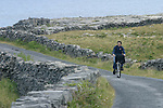 cycliste sur les petites routes de l'île d'Inishmore.cyclist on the small road of Inishmore island