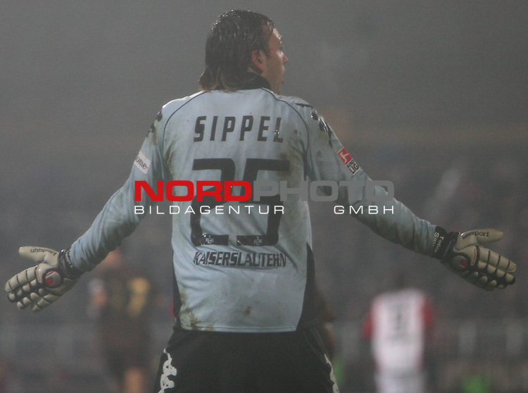 2.Liga 2007/2008  15. Spieltag Hinrunde<br /> FC St.Pauli &ndash; vs. 1.FC Kaiserslautern 3:4<br /> <br /> Torwart Tobias Sippel, Kaiserslautern (Nr.25) enttaeuscht nach dem 3:3 Gegentreffer auf seine Vorderleute.<br /> <br /> <br /> Foto &copy; nph (nordphoto)<br /> <br /> *** Local Caption ***