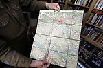 Foto: VidiPhoto<br /> <br /> DE BILT - De 69-jarige Adriaan van Hemert uit De Bilt draagt als reënactor het uniform van King's Own Scottish Borderers, een Brits regiment dat meevocht tijdens de slag om Arnhem. Als privé-verzamelaar bezit hij een klein museum met bijzondere historische spullen die te maken hebben met de verloren slag. Foto: Een Duitse stafkaart.