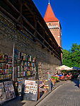 Galeria obrazów na murze starego miasta przy Bramie Floriańskiej w Krakowie, Polska<br /> Picture Gallery on the wall of the old town at the Florian Gate in Cracow, Poland