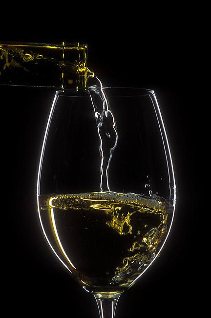 Pour chardonnay