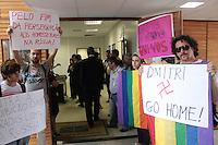 BRASILIA, DF, 19 FEVEREIRO 2013 - PROTESTO UNB - GOVERNO RUSSO - Estudantes da Universidade de Brasília (UnB) protestam pedindo o fim da política homofóbica do governo russo durante a inauguração de um sistema de monitoramento e correção da Agência Espacial Russa (Roscosmos), parte do Sistema de Navegação Global por Satélite (GLONASS), no campus da universidade, na capital federal, nesta terça-feira (19). O primeiro-ministro russo Dmitri Medvedev fará uma visita oficial ao Brasil amanhã (20). FOTO: RONALDO BRANDAO / BRAZIL PHOTO PRESS.