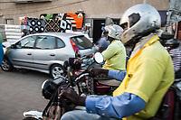 conduttore di mototaxi sulla sua motocicletta