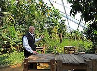 Europas größte Tropenhalle zeigt einen authentischen Ausschnitt vom Masoala Regenwald auf Madagaskar - bald wird es in Leipzig eine größere Halle geben, doch das Züricher Konzept kommt ohne Unterhaltungsbeigaben für die Gäste aus - im Bild:  dichter Dschungel ohne präsentation von Tieren - Zoodirektor Alex Rübel (58) zeigt seinen Stolz. Foto: aif / Norman Rembarz..Jegliche kommerzielle wie redaktionelle Nutzung ist honorar- und mehrwertsteuerpflichtig! Persönlichkeitsrechte sind zu wahren. Es wird keine Haftung übernommen bei Verletzung von Rechten Dritter. Autoren-Nennung gem. §13 UrhGes. wird verlangt. Weitergabe an Dritte nur nach  vorheriger Absprache. Online-Nutzung ist separat kostenpflichtig..