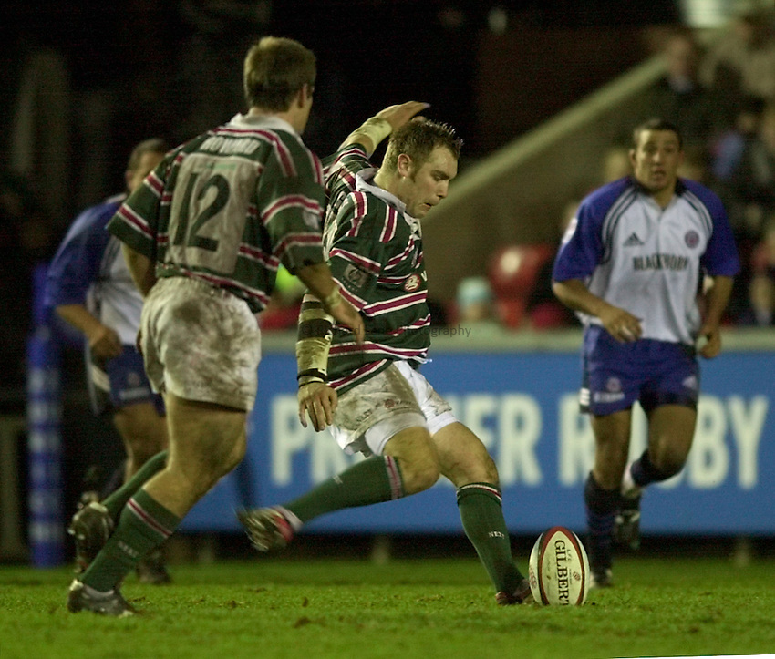 Photo. Richard Lane. .Leicester v Bath. Zurich Premiership. 16/12/2000..Andy Goode attempts a drop goal.