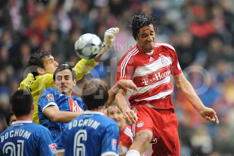 Fussball 1. Bundesliga Saison 2008/2009 7. Spieltag FC Bayern Muenchen - VfL Bochum 04.10.2008,Luca Toni (FCB rechts) kann sich gegen Daniel Fernandes (links) und Mergim Mavraj (Mitte beide Bochum) nicht durchsetzen,.