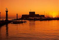 Greece, Dodecanese, Rhodes, Rhodes-City: Mandraki Harbour and St. Nicholas' Fort at sunrise | Griechenland, Dodekanes, Rhodos, Rhodos-Stadt: Einfahrt zum Mandraki Hafen und St. Nicholas Fort bei Sonnenaufgang