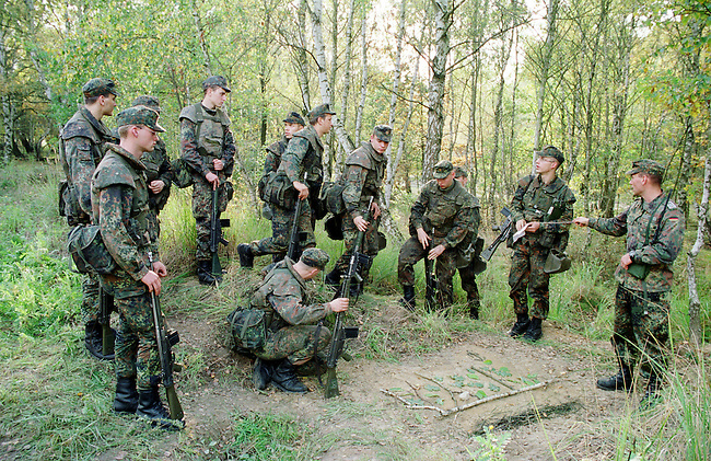 Rekruten der 2. Kompanie des Jaegerbatallions 1 BERLIN bei der Grundausbildung. Die Rekruten werden im Hinblick auf den ab Mai 2001 bevorstehenden Einsatz im Kosovo im Rahmen der KFOR ausgebildet. Unter ihnen befinden sich einige Soldaten, die nicht in Deutschland geboren wurden und die deutsche Staatsangehoerigkeit angenommen haben.<br /> Hier: Der Ausbilder (rechts) gibt vor einem simulierten Streifengang letzte Anweisungen.<br /> 18.10.2000, Berlin<br /> Copyright: Christian-Ditsch.de<br /> [Inhaltsveraendernde Manipulation des Fotos nur nach ausdruecklicher Genehmigung des Fotografen. Vereinbarungen ueber Abtretung von Persoenlichkeitsrechten/Model Release der abgebildeten Person/Personen liegen nicht vor. NO MODEL RELEASE! Nur fuer Redaktionelle Zwecke. Don't publish without copyright Christian-Ditsch.de, Veroeffentlichung nur mit Fotografennennung, sowie gegen Honorar, MwSt. und Beleg. Konto: I N G - D i B a, IBAN DE58500105175400192269, BIC INGDDEFFXXX, Kontakt: post@christian-ditsch.de<br /> Bei der Bearbeitung der Dateiinformationen darf die Urheberkennzeichnung in den EXIF- und  IPTC-Daten nicht entfernt werden, diese sind in digitalen Medien nach &sect;95c UrhG rechtlich gesch&uuml;tzt. Der Urhebervermerk wird gemaess &sect;13 UrhG verlangt.]