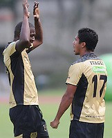 ITAGÜÍ -COLOMBIA-23-02-2014. Jesus Arrieta jugador de Itagui celebra el gol anotado durante partido de la septima fecha de la Liga Postobon I 2014, jugado en el estadio Metropilitano de la ciudad de Itagui.  / Jesus Arrieta player of Itagui celebrates a goal scored during a match for the 7th date of the Liga Postobon I 2014 at the Metropilitano stadium in Itagui city.  Photo:VizzorImage/Luis Ríos/STR