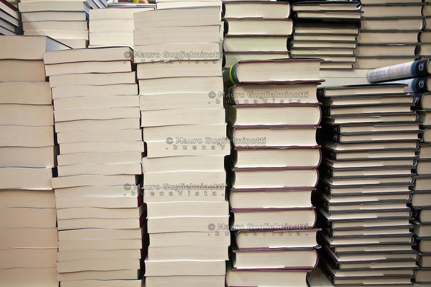 Italia Torino Salone del libro 2014  libri impilati