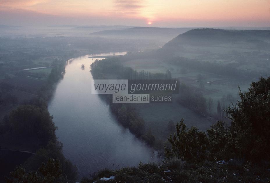 Europe/France/Midi-Pyrénées/46/Lot/Vallée de la Dordogne/Saint-Sozy: Soleil levant sur la Dordogne