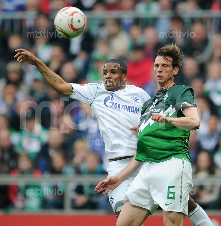 FUSSBALL   1. BUNDESLIGA   SAISON 2010/2010   30. Spieltag SV Werder Bremen - FC Schalke 04                        16.04.2011 Jefferson FARFAN (li, Schalke) gegen Tim BOROWSKI (re, Bremen)