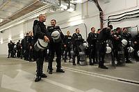 FUSSBALL  EUROPAMEISTERSCHAFT 2012   VORRUNDE Polen - Russland             12.06.2012 Polizisten in den Katakomben des Stadion in Warschau