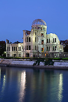 Japan, Chūgoku (Southwest Honshu), Hiroshima Prefecture, Hiroshima: Atomic Bomb Dome at night | Japan, Chūgoku (Suedwest Honshu), Praefektur Hiroshima, Hiroshima: Friedensdenkmal in Hiroshima - Atombombenkuppel am Abend