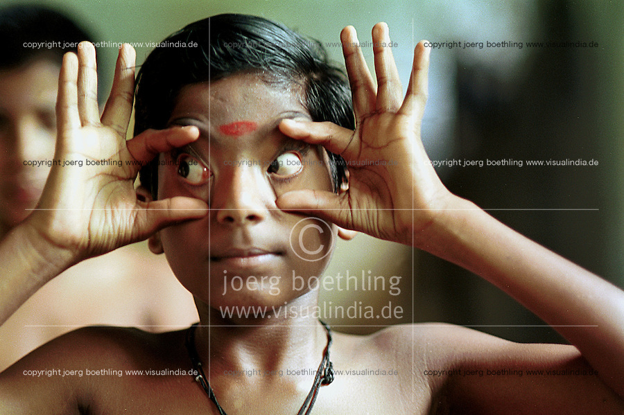 INDIA Kerala , Cheruthuruthi, school for Kathakali classical indian dance drama, boys training to gesticulate with the eyes  - INDIEN Kerala, klassisches indisches Tanzdrama Kathakali, Schule für Kinder und Jugendliche in Cheruthuruthi, Training fuer Gestikulation mit den Augen