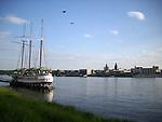 Blick von Mainz-Kastel mit Dreimaster auf die Skyline von Mainz mit dem Rathaus am Adenauer-Ufer, dem Dom St. Martin und dem Turm der Stephanskirche