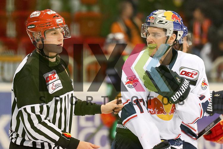 Muenchens Jerome Samson (Nr.17) wird gegen das Tor gechecked und reisst es aus der Verankerung, Duesseldorfs Stephan Daschner (Nr.3) verteidigte Duesseldorfs Mathias Niederberger (Nr.35), der M&uuml;nchener ist sehr aufgebracht und beschwert sich beim Schiedsrichter beim Spiel in der DEL Duesseldorfer EG - EHC Red Bull Muenchen.<br /> <br /> Foto &copy; PIX-Sportfotos *** Foto ist honorarpflichtig! *** Auf Anfrage in hoeherer Qualitaet/Aufloesung. Belegexemplar erbeten. Veroeffentlichung ausschliesslich fuer journalistisch-publizistische Zwecke. For editorial use only.