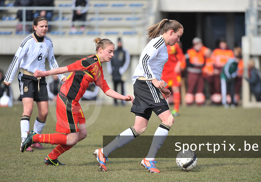Belgie U17 - Duitsland U17 : Saskia Meier aan de bal voor Margaux Van Ackere (links).foto DAVID CATRY / Vrouwenteam.be