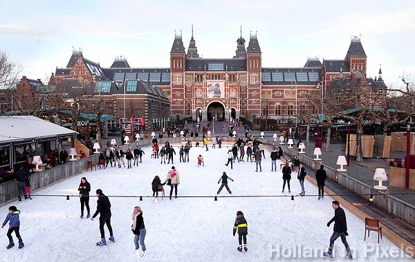 Nederland - Amsterdam - december 2018. IJsbaan op het Museumplein. Op de achtergrond het Rijksmuseum.      Foto Berlinda van Dam / Hollandse Hoogte