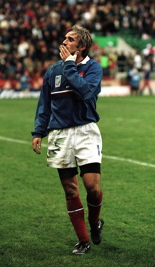 Photo.Richard Lane.New Zealand v France  31/10/99..Philippe Bernat-Salles blows a kiss to the crowd after victory over the All Blacks.