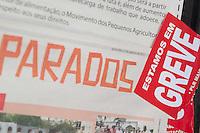 SÃO PAULO, SP, 16.10.2015- GREVE-SP- Fachada da agência do banco Bradesco na rua Líbero Badaró com cartazes de greve na tarde desta sexta-feira, 16. (Foto: Renato Mendes / Brazil Photo Press)
