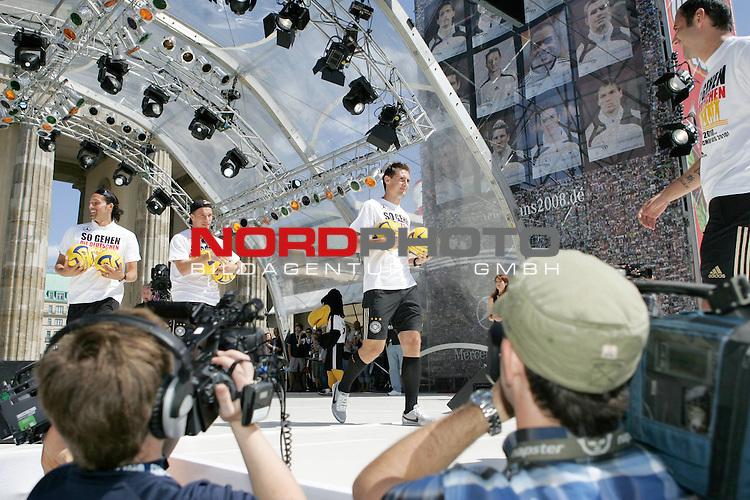 UEFA Euro 2008 Fan Meile Berlin - Empfang der Deutschen Mannschaft am Brandenburger Tor <br /> <br /> Kevin Kuranyi ( Germany / Angreifer / Forward / Schalke 04 #22) Lukas Podolski  (Germany / Mittelfeldspieler / Midfielder /  Bayern Muenchen #20) Miroslav Klose ( Germany / Angreifer / Forward /  Bayern Muenchen #11) <br /> <br /> Foto &copy; nph (  nordphoto  )<br /> <br /> <br /> <br />  *** Local Caption ***