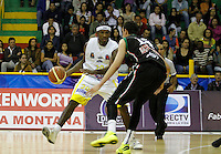 MANIZALEZ -COLOMBIA-11-05-2013.  Jean Paul Mejia (R) de Once Caldas disputa el balón con Jason Edwin (L) de Búcaros durante partido de la fecha 14 fase II de la  Liga DirecTV de baloncesto Profesional de Colombia realizado en el Coliseo Municipal de Caldas./  Jean Paul Mejia (R) of Once Caldas fights for the ball with Búcaros Jason Edwin (L) during match of the 14th date phase II of  DirecTV professional basketball League in Colombia at Coliseo Municipal de Caldas. Photo: VizzorImage/Yonboni/STR