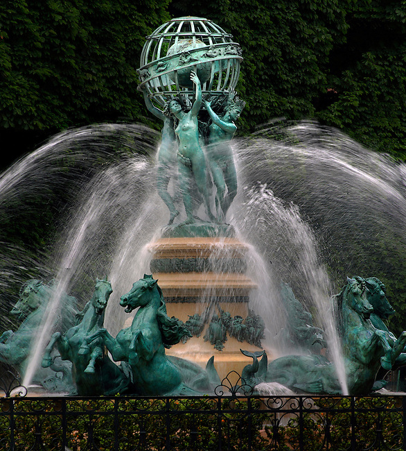 La fontaine de l'Observatoire. *** The fountain of the Observatoire