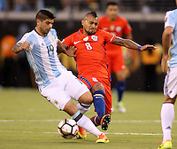 NEW JERSEY - UNITED STATES, 26-06-2016: Ever Banega (Izq) jugador de Argentina (ARG) disputa el balón con Arturo Vidal (Der) jugador de Chile (CHI) durante partido por la final de la Copa América Centenario USA 2016 jugado en el estadio Metlife en New Jersey, NJ, USA. /  Ever Banega  (L) player of Argentina (ARG) fights the ball with Arturo Vidal (R) player of Chile (CHI) during match for the final of the Copa América Centenario USA 2016 played at Metlife stadium in New Jersey, NJ, USA. Photo: VizzorImage/ Luis Alvarez /Str