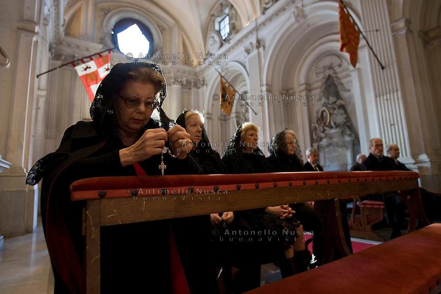 Alcune donne dell'Ordine dei Cavalieri di Malta pregano all'interno della Chiesa di Santa Maria del Priorato a Villa Magistrale. Il Sovrano Ordine di Malta è uno dei pochi Ordini nati nel Medio Evo ed ancora oggi attivi, con  una propria costituzione e un proprio passaporto.