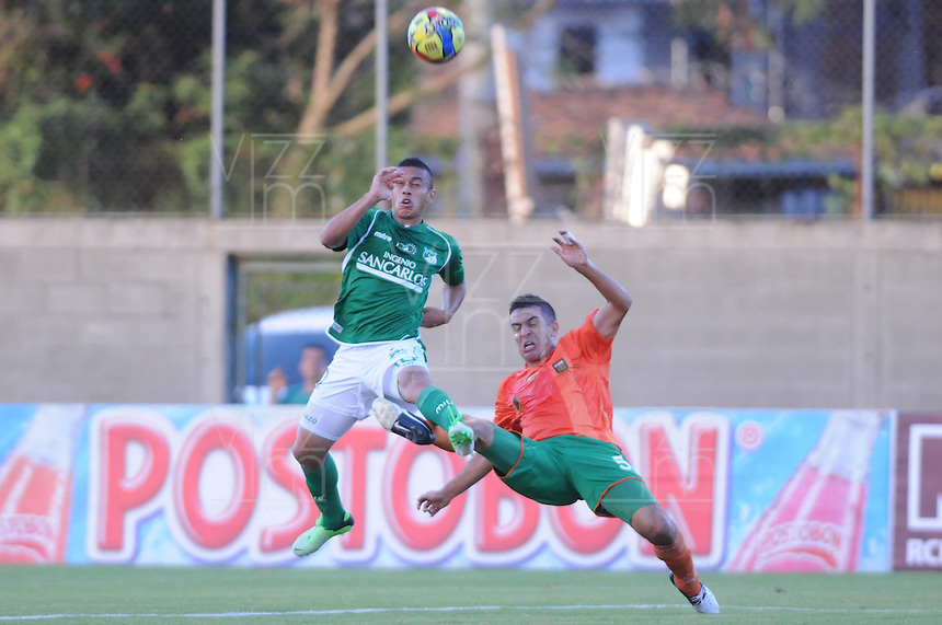 ENVIGADO -COLOMBIA-02-06-2013. Andrés Felipe Orozco (D) del Envigado trata de disputar el balón con Carlos David Lizarazo (I) del Cali durante partido de la fecha 18 de la Liga Postobón 2013-1 jugado en el Parque Estadio de la ciudad de Envigado./ Envigado's Player Andres Felipe Orozco (R) fights for the ball with Cali player Carlos David Lizarazo (L) during match of the 18th date of Postobon  League 2013-1 at at Parque Estadio in Envigado.  Photo: VizzorImage/Luis Ríos/STR