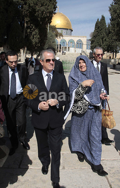 Italian Minister for Economic development Claudio Scajola  listens to a veiled woman during his visit to the Dome of the Rock, at the al-Aqsa compound in Jerusalem's Old City, on February 2, 2010.  Photo by Mohamar Awad