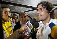 SÃO PAULO,SP,16 AGOSTO 2012 - CAMPEONATO BRASILEIRO - CORINTHIANS x INTER-RS -tite tecnico do Corinthians  cumprimenta fernandão tecnioc do Inter antes  partida Corinthians x Inter-RS  válido pela 17º rodada do Campeonato Brasileiro no Estádio Paulo Machado de Carvalho (Pacaembu), na região oeste da capital paulista na noite desta quinta feira (16). (FOTO: ALE VIANNA -BRAZIL PHOTO PRESS).