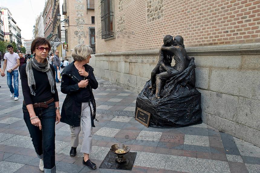 Artisti di strada nel centro storico di Madrid. La forte disoccupazione in Spagna  ha portato un aumento di giovani che per guadagnare qualcosa si esibiscono nell'arte del mimo.